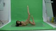 Big boobs Nicole on the green screen spreading her pussy Thumb